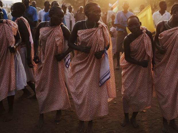 Mulheres da comunidade de Bari fazem dança tradicional durante celebrações pela independência do Sudão do Sul, em Juba, no sul do Sudão. A independência será oficializada no sábado (9), mas na véspera o presidente do Sudão já reconheceu a separação. (Foto: David Azia/AP)