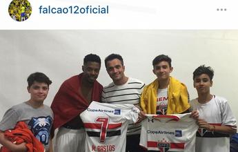 Falcão leva filhos à vitória do São Paulo e tieta Michel Bastos e Ganso