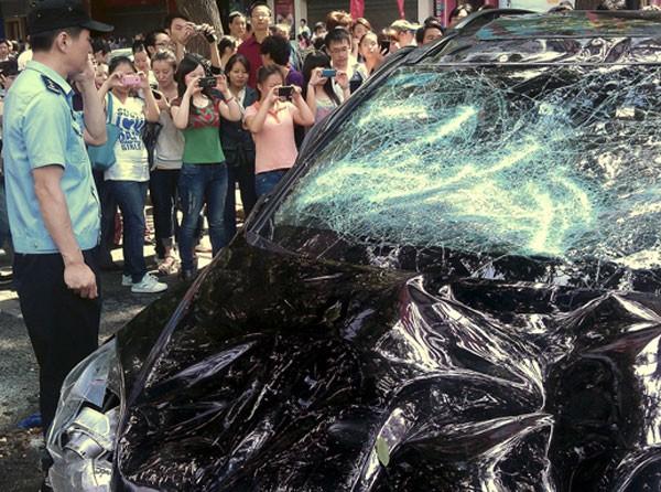 Manifestantes quebram carro de marca japonesa em protesto em província no nordeste da China (Foto: AP Photo)