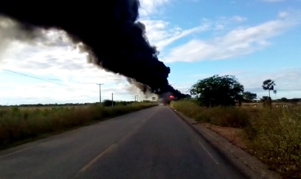 Cortina negra de fumaça se formou após a explosão da carreta (Foto: Francisco Coelho/Focoelho)