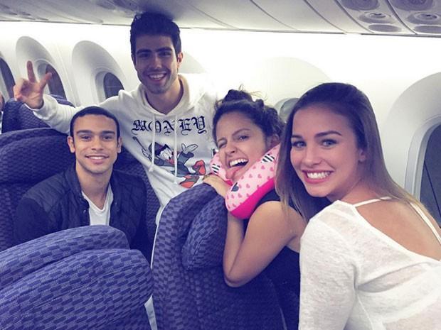 Sergio Malheiros, Juliano Laham, Amanda de Godoi e Laryssa Ayres em avião rumo aos Estados Unidos (Foto: Instagram/ Reprodução)