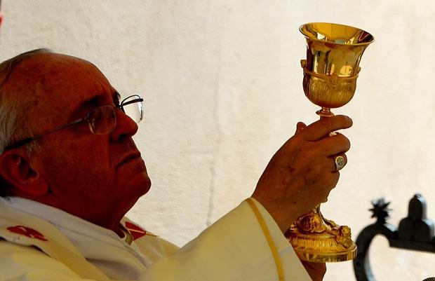 O Papa Francisco reza missa de Assunção, nesta quinta-feira (15), em Castelgandolfo (Foto: AFP)