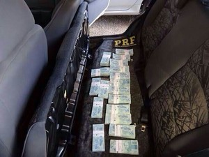 Dinheiro foi encontrado em banco de carro durante abordagem (Foto: PRF)