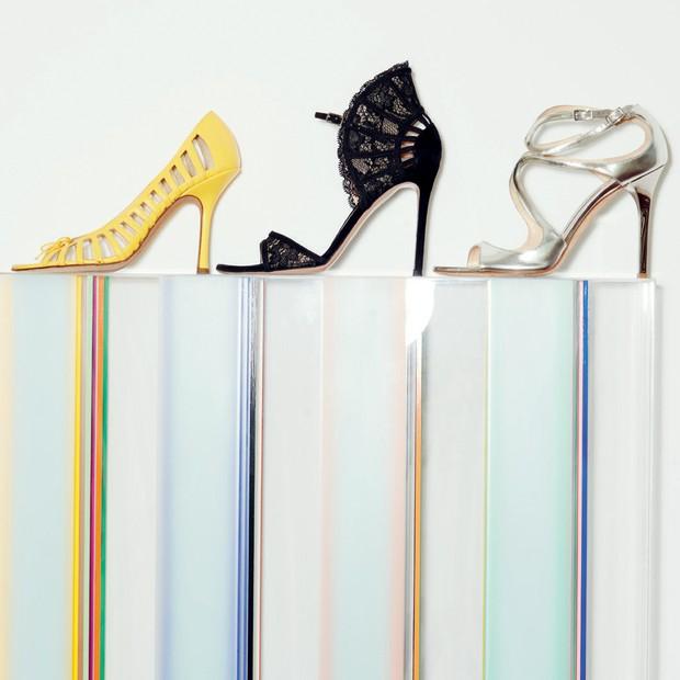 Sobre obra de Michael Laube, sapatos Gianvito Rossi (no centro) e Jimmy Choo (amarelo e prata) (Foto: Thiago Justo)