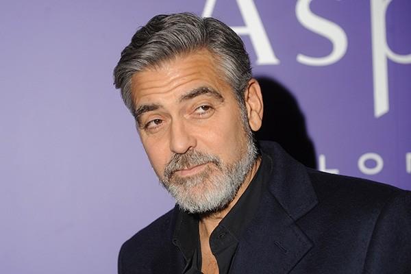 Da série coisas que só melhoram com o tempo: apesar de parecer um pouco mais velho quando está com a barba, George Clooney continua charmoso. (Foto: Getty Images)