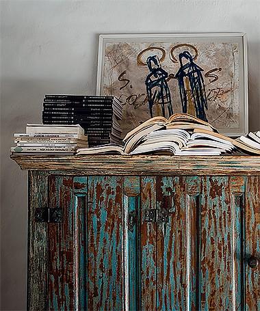 A estante comprada no sertão da Bahia esconde a TV. Acima dela, tela de Frederico Geissler (Foto: Marco Antonio/ Editora Globo)