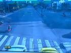 Motorista avança sinal vermelho e atinge duas motos, no  Recife