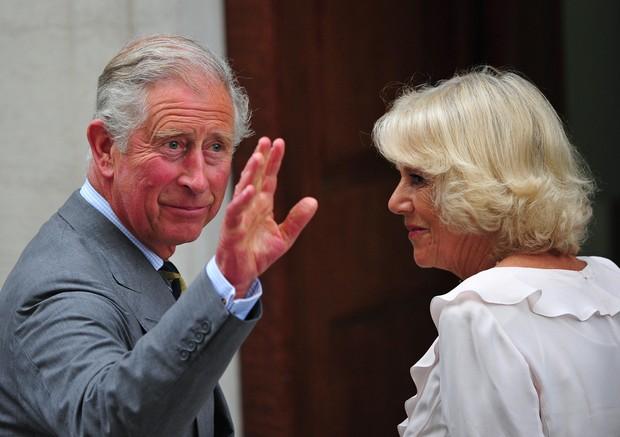 Principe Charles e Camilla chegam no hospital  (Foto: Agência AFP)
