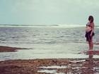 Carolinie mostra o barrigão de quase sete meses em férias na Bahia