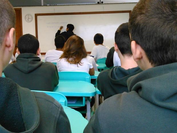 Alunos 'carecas' assistem a aula da professora Norma, que teve câncer diagnosticado há um mês (Foto: Gabriel Barreira/G1)