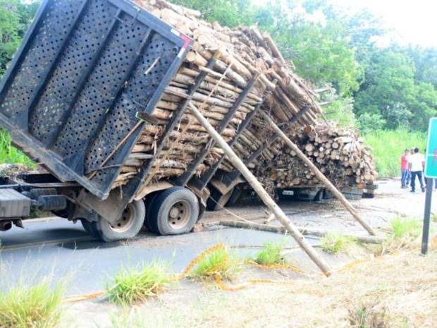 Veículo tombou após curva em rodovia (Foto: Júlio Leite/ Arquivo Pessoal)