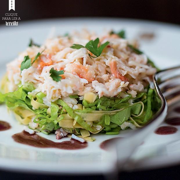 Salada de caranguejo com fettuccine e folhas verdes, temperada com citronette e salsa de azeitonas (Foto: Rogério Voltan/Editora Globo)