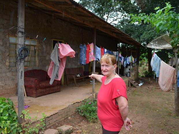 Pensionista Maria Guess conta que água invadiu casa (Foto: Fernanda Bonilha/G1)