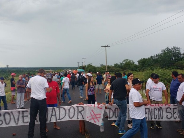 Manifestantes bloquearam a rodovia e só liberaram a passagem de ambulâncias (Foto: Derlizandra Marques)
