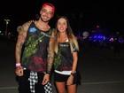 Felipe Titto posa com a mulher na saída do Rock in Rio