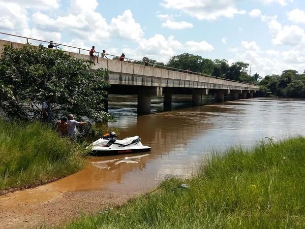 Bombeiros procuram homem que desapareceu no Rio Arinos após bater moto aquática em pilar (Foto: Rádio Tucunaré)