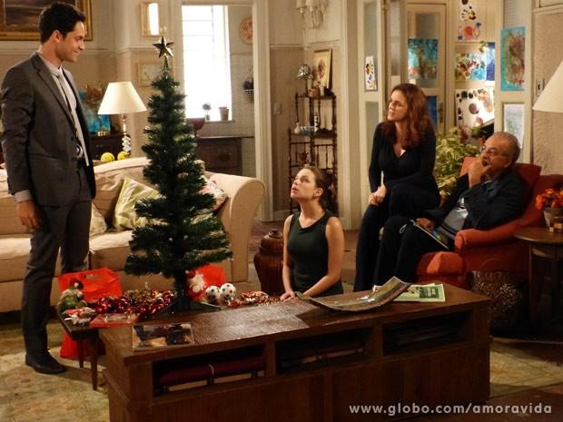 Linda fica encantada com o presente (Foto: Amor à Vida/ TV Globo)