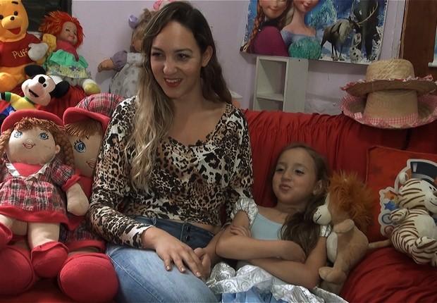 Michele Marinho e a filha Lívia. A vida melhorou - e as dívidas apareceram (Foto: Rafael Ciscati/ Época)