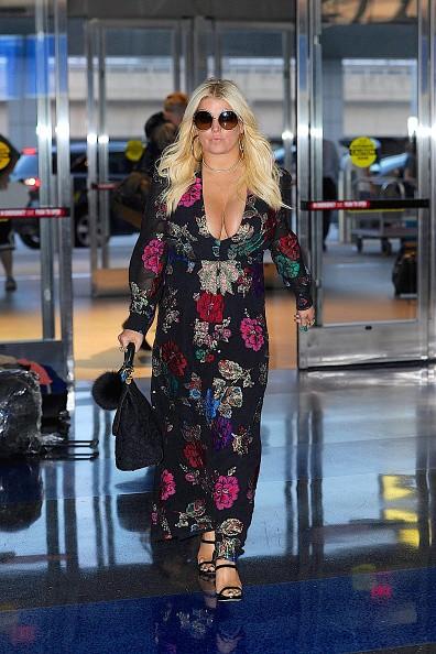O look-aeroporto de Jessica Simpson? Macacão estampado ultra decotado  (Foto: Reprodução/Instagram)