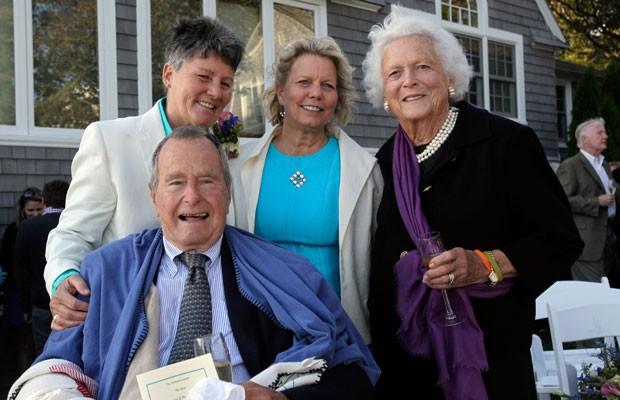 George H.W. Bush (na frente à esquerda) e a ex-primeira-dama Barbara Bush (direita) posam com as noivas Helen Thorgalsen (centro) e Bonnie Clement, após o casamento (Foto: Susan Biddle/AP)