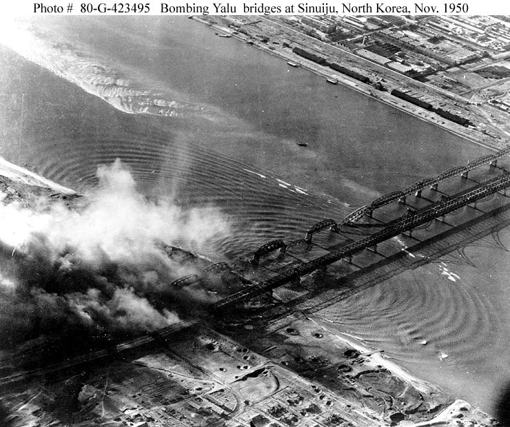 (Foto: U.S. Navy - Photo #: 80-G-423495, Attacks on Yalu River Bridges, November 1950. Official U.S. Navy Photograph/Domínio Público)