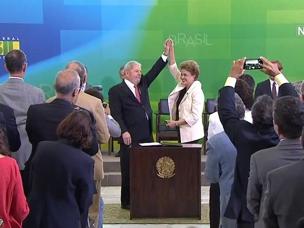 A presidente Dilma Rousseff e o ex-presidente Luiz Inácio Lula da Silva durante posse de Lula no cargo de ministro-chefe da Casa Civil em Brasília (Foto: Reprodução/NBR)