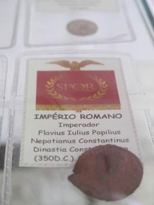 Moeda o Império Romano, feita 350 anos depois de Cristo (Foto: Mariane Rossi/G1)