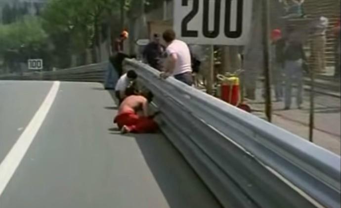 Antes da largada do GP da Espanha, pessoas se mobilizavam para aparafusar os guardrails (Foto: Reprodução / YouTube)