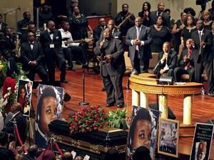 Músicos cantam em funeral de Michael Brown em igreja batista de St. Louis, Missouri, nesta segunda-feira (25) (Foto: REUTERS/Robert Cohen/Pool)