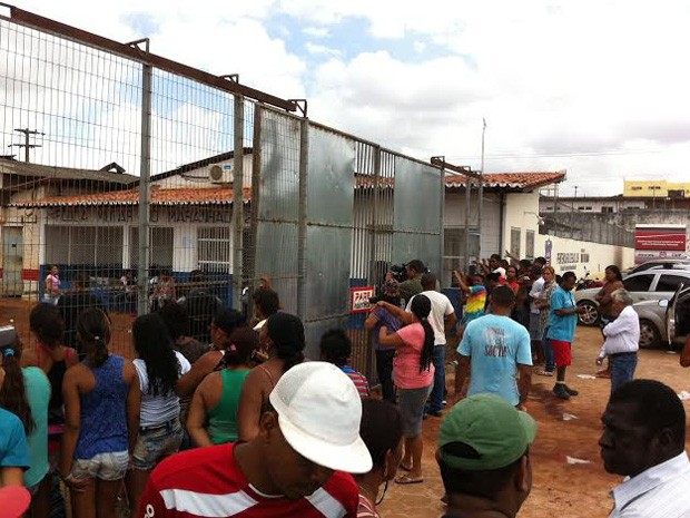 Parentes de presos aguardam notícias sobre o motim na porta da unidade (Foto: Diêgo Torres/Imirante)