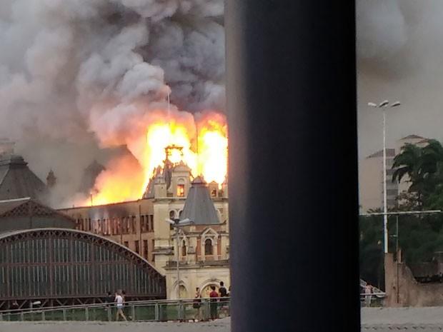 Internauta flagrou o incêndio no Museu da Língua Portuguesa (Foto: Cristiane Neri/VC no G1)