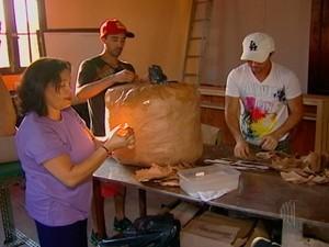 Bonecões de carnaval são produzidos em Sabaúna  (Foto: Reprodução/TV Diário)