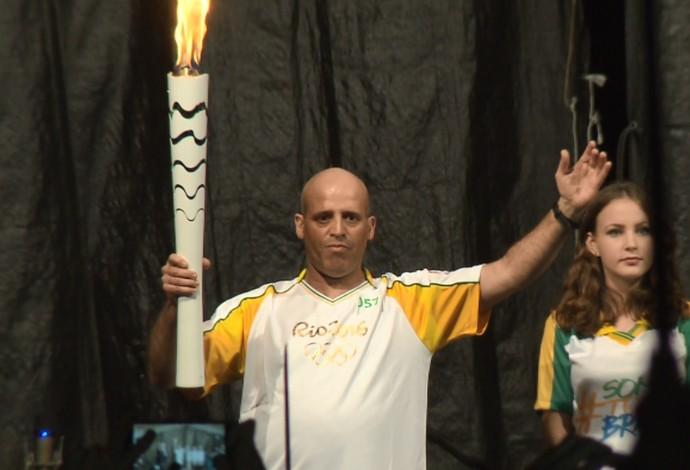 Gari e maratonista Edivino Correia tocha Londrina (Foto: Reprodução/RPC)