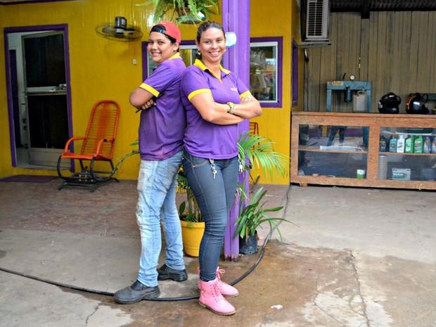 A mecânica Cris Negreiros trabalha junto com Danielle atendendo mulheres em uma oficina de Rio Branco (Foto: Quésia Melo/G1)