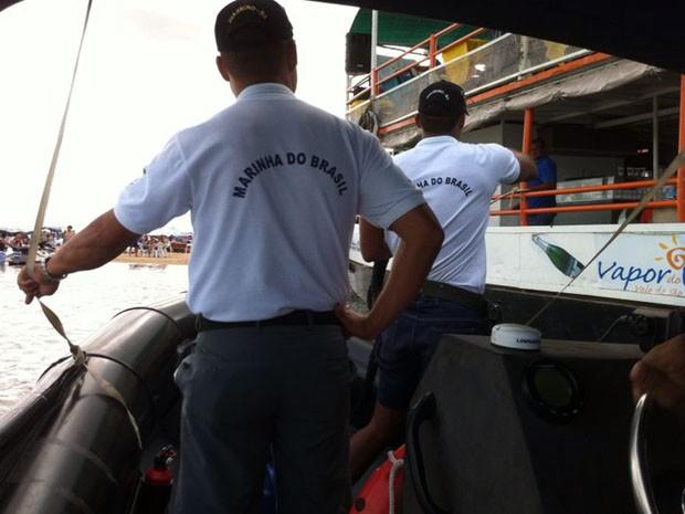 Marinha aborda condutores de embarcações no Rio São Francisco (Foto: Paulo Ricardo Sobral/TV Grande Rio)