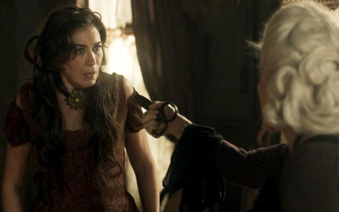 Dionísia oferece tesoura para Virgínia matá-la (Foto: TV Globo)