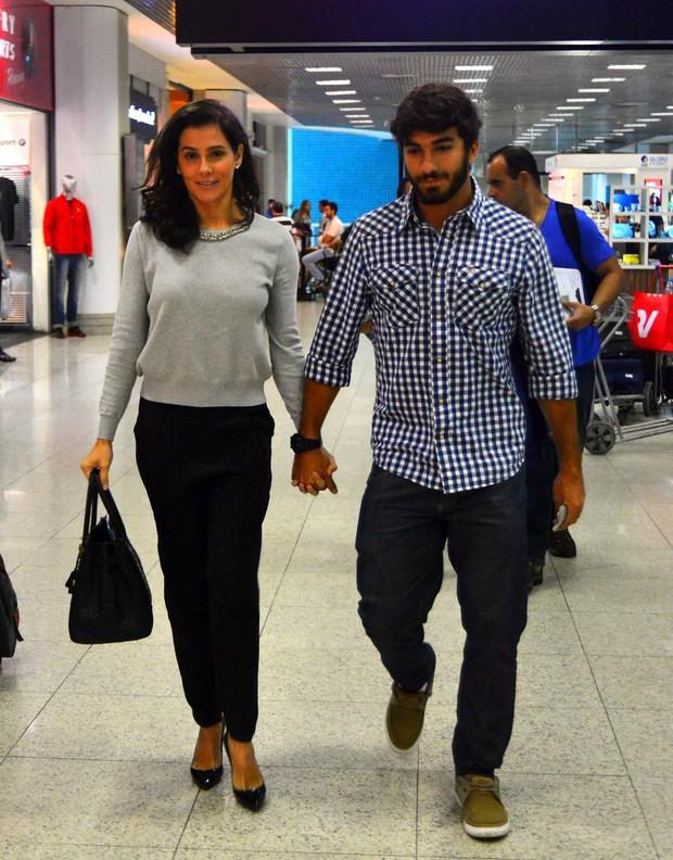 Deborah Secco e namorado no aeroporto (Foto: William Oda/Agnews)