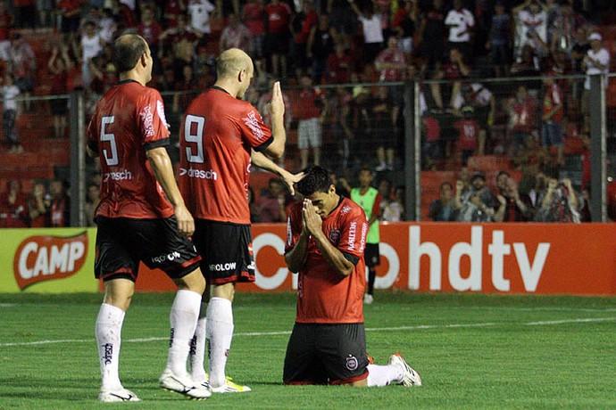 Gustavo Papa marca três vezes pelo Brasil-Pe (Foto:  Italo Santos / DVG)