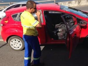 Imagem de um carro vermelhor, com marcas de sangue, na 3ª Ponte, circula por mensagem de aplicativo de celular (Foto: Reprodução/ Whatsapp)