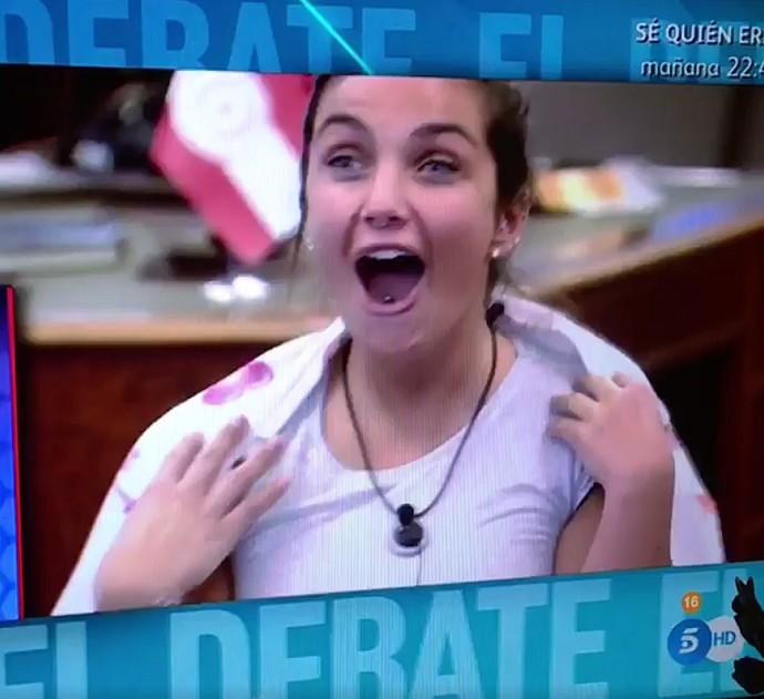 Elettra fica chocada quando fica sabendo que foi a escolhida para vir ao BBB (Foto: Tele Cinco)