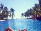 Nicole Scherzinger, de biquíni, sensualiza à beira de piscina