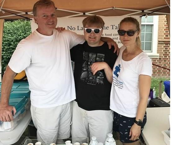 jacob e os pais em uma feira de alimentos (Foto: Arquivo Pessoal)
