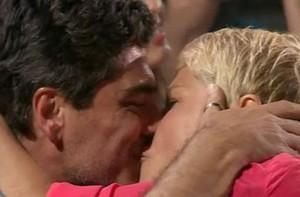 Xuxa e Junno namoram muito ao som da dupla sertaneja (TV Xuxa / TV Globo)