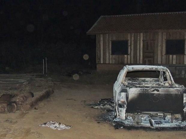 Os corpos e o carro queimado foram encontrados por um agricultor que acionou a Polícia, na cidade de Castanheiras.  (Foto: Divulgação/Comando 190)