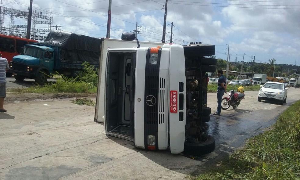 Caminhão carregado de comestíveis tombou, causando grande congestionamento na pista (Foto: Aldo Carneiro/Pernambuco Press)