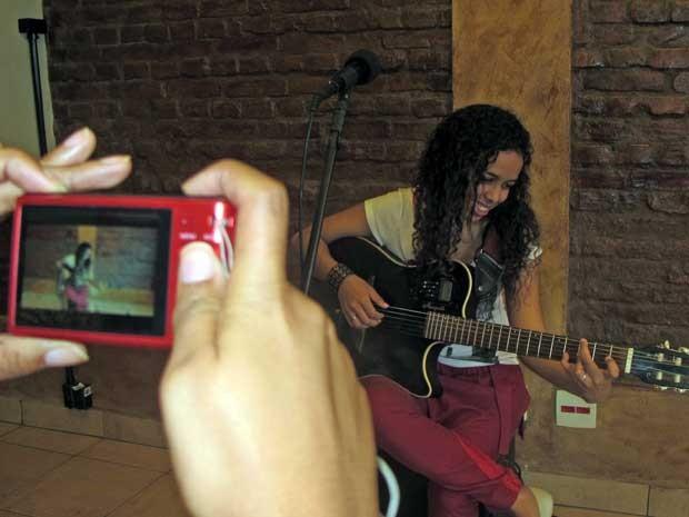 """""""Sempre que subo no palco, entro com o coração"""", afirma a cantora Suellen Luz (Foto: Elaine Almeida / G1)"""