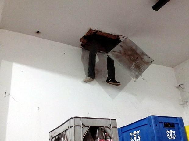 Suspeito de 31 anos ficou entalado em tubulação enquanto tentava furtar pastelaria (Foto: Divulgação/Polícia Militar)