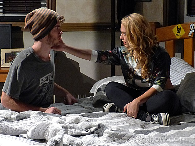 Meg faz a fofa com Sidney no quarto (Foto: Malhação / TV Globo)