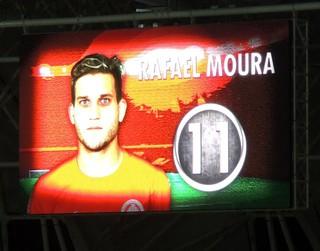 Telão mostra o rosto de Rafael Moura (Foto: Tomás Hammes / GLOBOESPORTE.COM)
