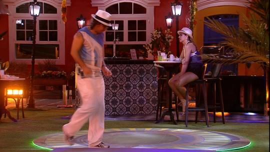 Vivian avisa a Ilmar que vai lavar os pés